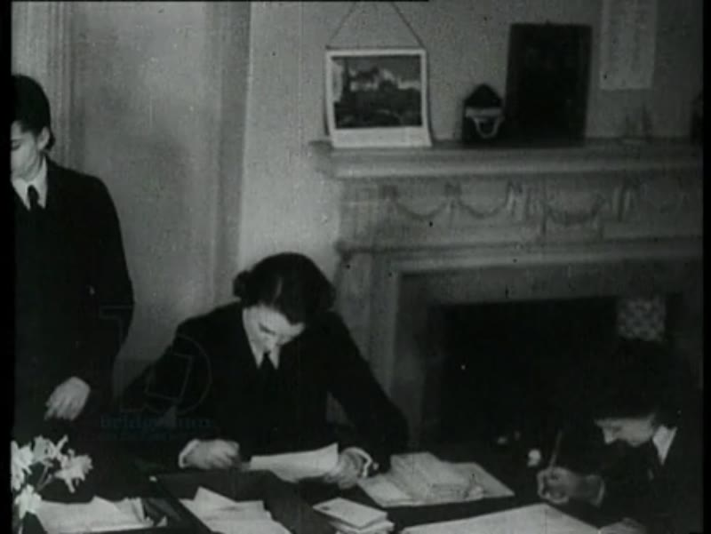 Princess Marina, the duchess of Kent, is named commanding officer of the female department of the English navy. The duchess arrives in her office for the first time and meets several employees