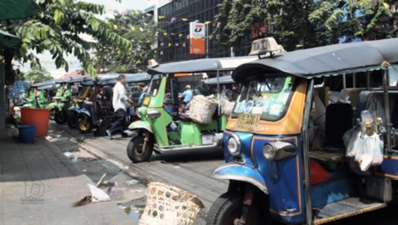 Tuk-Tuks waiting for customers at Pak Khlong Flower Market 1/4